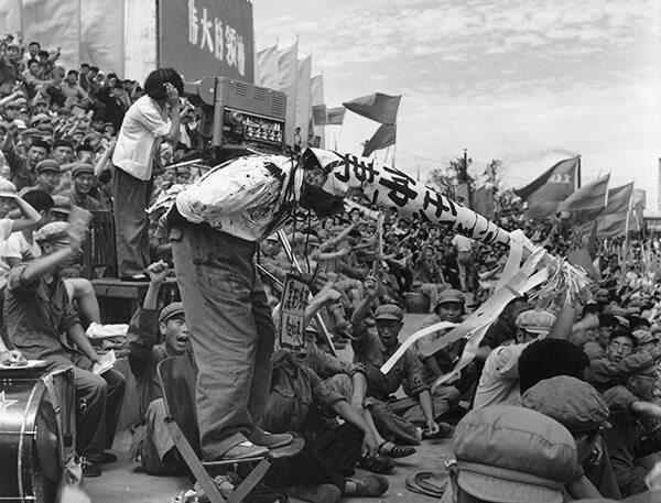 Hồng Vệ Binh hò hét trong lúc Nhâm Trọng Di, bí thư tỉnh ủy Hắc Long Giang, bị đấu tố. Ông Nhâm trở thành bí thư Quảng Đông vào cuối thập niên 1970 và được xem là một nhân vật chủ chốt trong việc khởi xướng cải cách thị trường ở tỉnh này. (Ảnh: Li Zhensheng/ChinaFotoPress)
