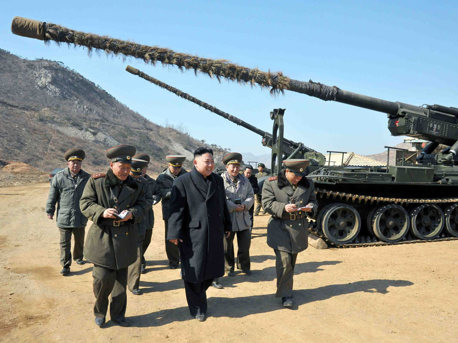 Kim Chính Ân kiểm tra một đơn vị pháo binh tầm xa tại một địa điểm không được tiết lộ. (Ảnh không đề ngày do Thông tấn xã trung ương Bắc Hàn cung cấp ngày 12/3/2013)