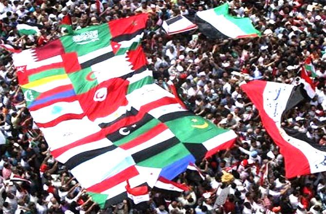 Người biểu tình giương cao cờ của các nước Ả rập trong một cuộc mít-tinh tại Quảng trường Tahrir ở Cairo, Ai Cập. (AFP)