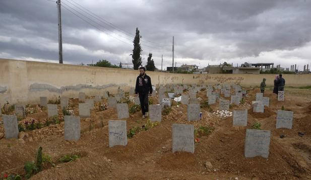 Mộ của những người bị giết trong các cuộc đụng độ giữa phiến quân và chính phủ Syria ở Qusayr, Syria. (Reuters)