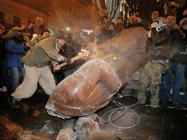 Người biểu tình kéo đổ tượng Lenin ở Kiev, ngày 8/12/2013.