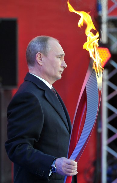 Putin cầm đuốc Thế vận hội Mùa đông trong buổi lễ tại Moscow ngày 6/10/2013 (AFP)