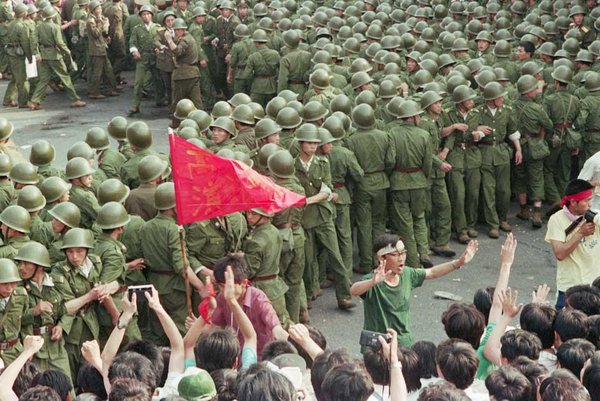 Binh lính và người biểu tình ở Quảng trường Thiên An Môn, tháng 5/1989 (David Turnley/Corbis)