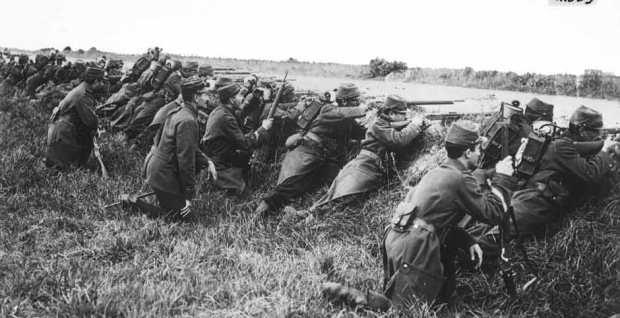 Lính Pháp đang chờ tấn công sau một chiến hào trong Trận đầu tiên ở Marne vào tháng 9/1914. (Wikimedia Commons)