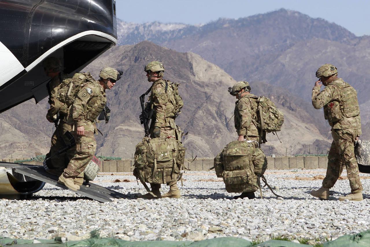 Lính Lục quân Mỹ lên trực thăng về nước sau một năm làm nhiệm vụ ở tỉnh Kunar, miền đông Afghanistan, tháng 3/2012. (Ảnh: Erik De Castro/Reuters)