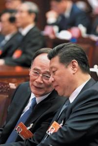 Tập Cận Bình, phải, và Vương Kỳ Sơn, tại Đại hội đại biểu nhân dân toàn quốc ở Bắc Kinh, tháng 3-2015. (China Daily/Reuters)