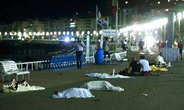 Các thi thể được che bằng vải trắng trong vụ khủng bố ở Nice ngày 14-7 (Ảnh: Eric Gaillard/Reuters)