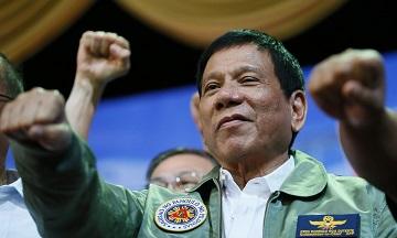 Tổng thống Rodrigo Duterte khi tới thăm đại bản doanh không quân Philippines ở thành phố ngoại ô Pasay city, phía đông nam Manila. (Ảnh: Bullit Marquez/AP)