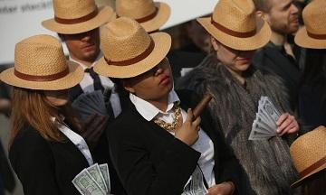 Các nhà hoạt động ở Berlin đội mũ Panama để phản đối việc trốn thuế sau khi Hồ sơ Panama được công bố. (Ảnh: Sean Gallup/Getty Images)
